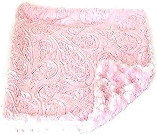 بطانية للكلاب مربعة الشكل بنمط بيلا مينكي بينكي من الفرو الصناعي باللون الوردي من ذا دوج سكواد
