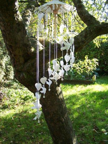 Windspiel aus Papier, mit weißen Tauben und Herzen