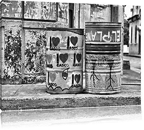 Pixxprint Monocrome, buntbemalte Fässer am Straßenrand, Format: 80x60 auf Leinwand, riesige Bilder fertig gerahmt mit Keilrahmen, Kunstdruck auf Wandbild mit Rahmen