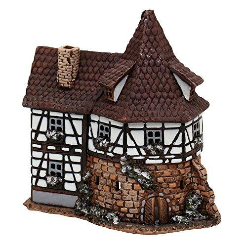 Casetta luminosa in ceramica con torre, realizzata a mano, riproduzione fedele ai dettagli e dipinta a mano. Dimensioni: circa larghezza 8,5 cm x lunghezza 13,5 cm x altezza 14 cm.