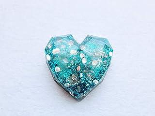 Orgonita de bolsillo en forma de corazon geometrico con virutas de aluminio y Piedras semipreciosas llamadas: Piedra luna.