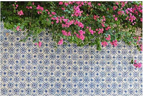 Rosa Blumen über der Mauer mit...