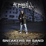 Mit den Sneakers im Sand so wie Spielplatz