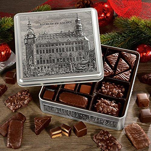 Printenmischung in silbernen Metallkiste: Rathaus zu Aachen (500g, Maße: 20,5 x 20,5 x 5,5 cm) feinste Honig-Saft-Printen, Nuss-Saft-Printen, Vollmilch-Printen, Dessert-Spitzkuchen und Dominosteine. €25,90/kg