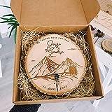 MONAMÍ - Porta alianzas MONTAÑA de madera personalizado con cordel para anudar los anillos. Tamaño a elegir: 14-18 y 18-22 cm (14-16)