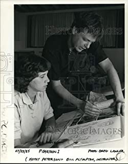 Historic Images - 1985 Press Photo Kathy Peterson Listens to Hints from Cartoonist Bill Plympton