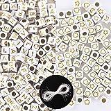 600pcs Cuentas Blancas de Letras y Dibujos Dorados 6x6mm Abalorios Acrílicos Cuadrados con Alfabeto Luna Estrella Flor Corazón Granos Decorativos Manualidades Bricolaje Joyería Collar Pulsera