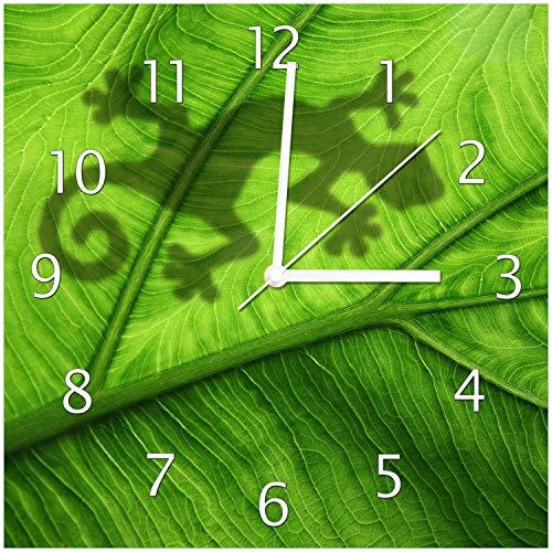 Wallario Design Wanduhr Gecko Schatten auf grünem Blatt - Umriss aus Echtglas, Größe 30 x 30 cm, weiße Zeiger