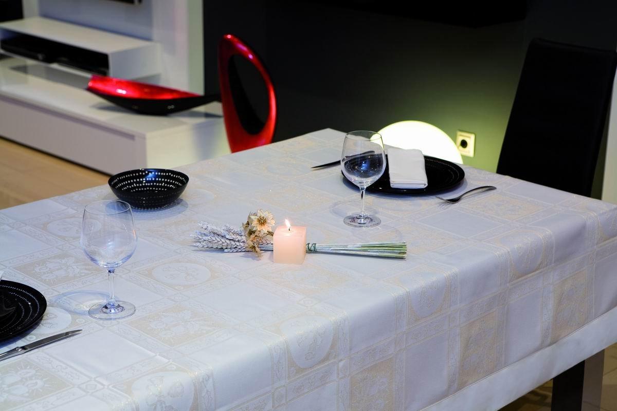 ESTELA - Mantel navideño Nadal Color Beige - 155x155 cm. - Confección en Aplique - Incluye servilletas - 17% Algodón / 63% Poliéster / 17% Acrílico / 3% Nylon: Amazon.es: Hogar