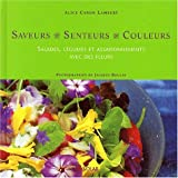 Salades, légumes et assaisonnements avec des fleurs