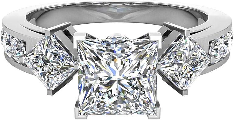 anillo con un diamante corte princesa