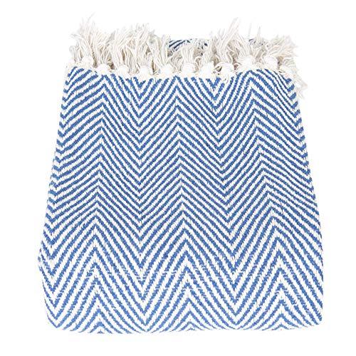 CLEE Moderne Decke aus Baumwolle, Landhausstil, Modell SOMMERGARTEN, Tagesdecke leicht und angenehm, Zick-Zack Muster, hoher Kuschelfaktor in blau weiß, 150 x 125 cm, perfekt für drinnen & draußen