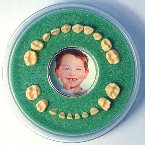 Firsty Milchzahndose Round Magnetic (grün, Jungen / Mädchen) Deutsch, Inklusive Kühlschrankmagnet und Aufkleber. Wird jeden Freitag abgeschickt (bestellt vor 13.30 Uhr)