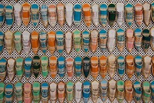 The Poster Corp Walter Bibikow/DanitaDelimont – Tunisia Tunis Carthage Market Babouches Slippers Photo Print (60,96 x 38,10 cm)