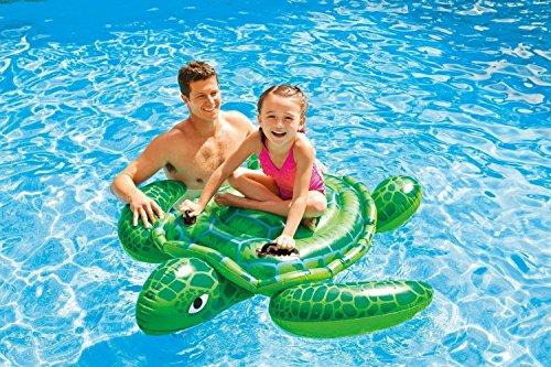 Tierischer Wasserspass Turtle Schildkröte mit zwei Haltegriffe Schwimmtier Reittier in Schildkröten-Optik , für Meer, im Freibad oder im Pool . Einfach aufblasen und los geht's. So ist das Schwimmtier überall und schnell einsatzbereit. Dank des robusten Materials, hält der Turtle jedem wilden Badespaß stand. Aufblasbare Badetiere für Kinder Schildkröte / aufblasbarer Schildkröte ca. 150 x 127 cm