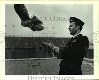 1985 Press Photo AF Major Postlewaite releases falcon mascot at Rice Stadium.