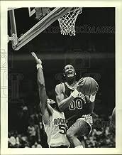 Historic Images - 1982 Press Photo Spurs' Johnny Moore Drives Past Rockets Robert Reid.