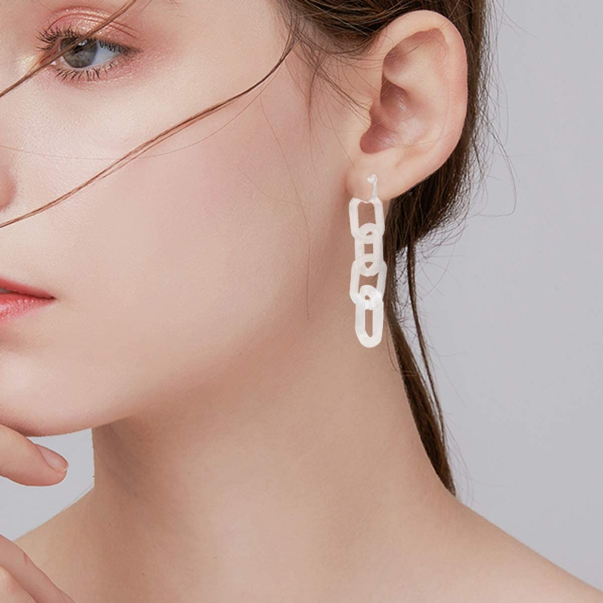 Happyyami 1 Pair Lucite Chain Clip On Earrings Resin Acrylic Chain Dangling Ear Clip Fashion Personality Ear Jewelry Gift for Women Girls (Transparent)