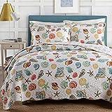 Qucover Tagesdecke 220x240 mit Muscheln Muster, Decke aus Baumwolle mit Kissen Set, Gesteppte Bettüberwurf, Gr&farbe in Weiß