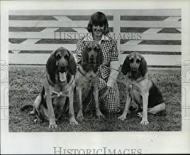 Historic Images - 1974 Press Photo Shelley Brey with Bloodhounds to Show in Houston Kennel Club
