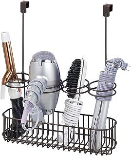 mDesign Soporte para secador de pelo sin taladro Organizador de ba/ño de metal etc blanco la plancha ideal para el secador de pelo Colgador para puerta con 2 cestas y ganchos para cables