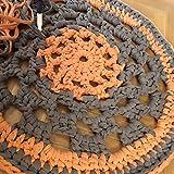 Alfombra redonda mandala hecha a mano en trapillo naranja y gris 66 cm. Modelo Grisnar. Pieza unica. Lista para envío.