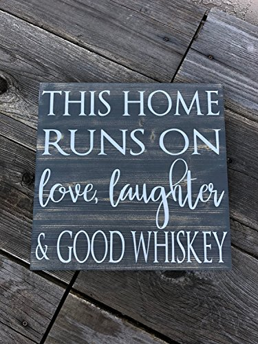 Norma Lily This Home läuft auf Love Laughter and Good Whiskey Whisky Whiskey Schild Love Whiskey Schild rustikal Whiskey Schild Whisky House