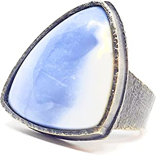 Grande anello con prezioso opale blu naturale africano da 16,10 carati e misura 23 x 18 x 5 mm. Anello realizzato interame...