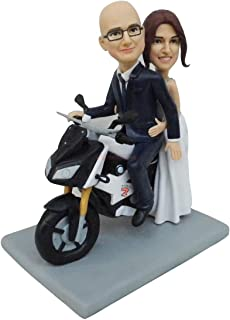pareja novia novio montando en una motocicleta ceremonia de la boda toppers de la torta se encuentra figuras muñecas de ar...