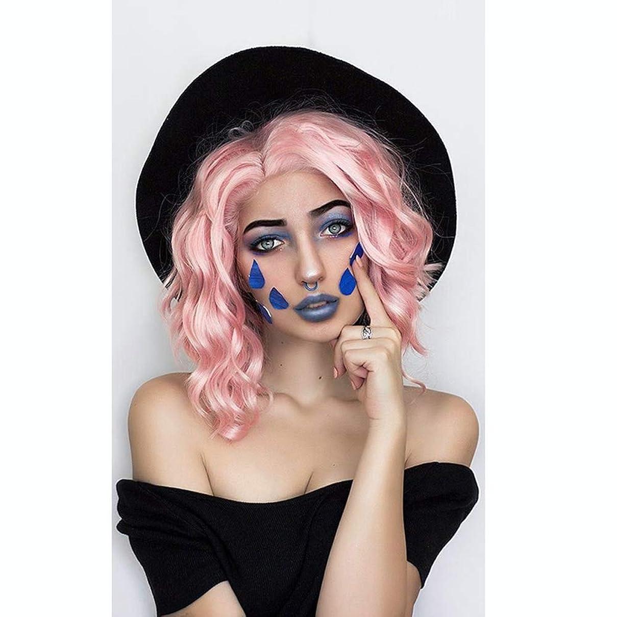 プラスチックオール米国女性のかつら、ファッション前髪ピンクの短い巻き毛のふわふわの髪のかつら、パーティーロールプレイング小さな波かつら