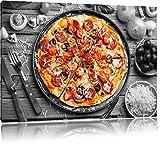 köstliche Pizza auf Pizzablech schwarz/weiß Format: 60x40