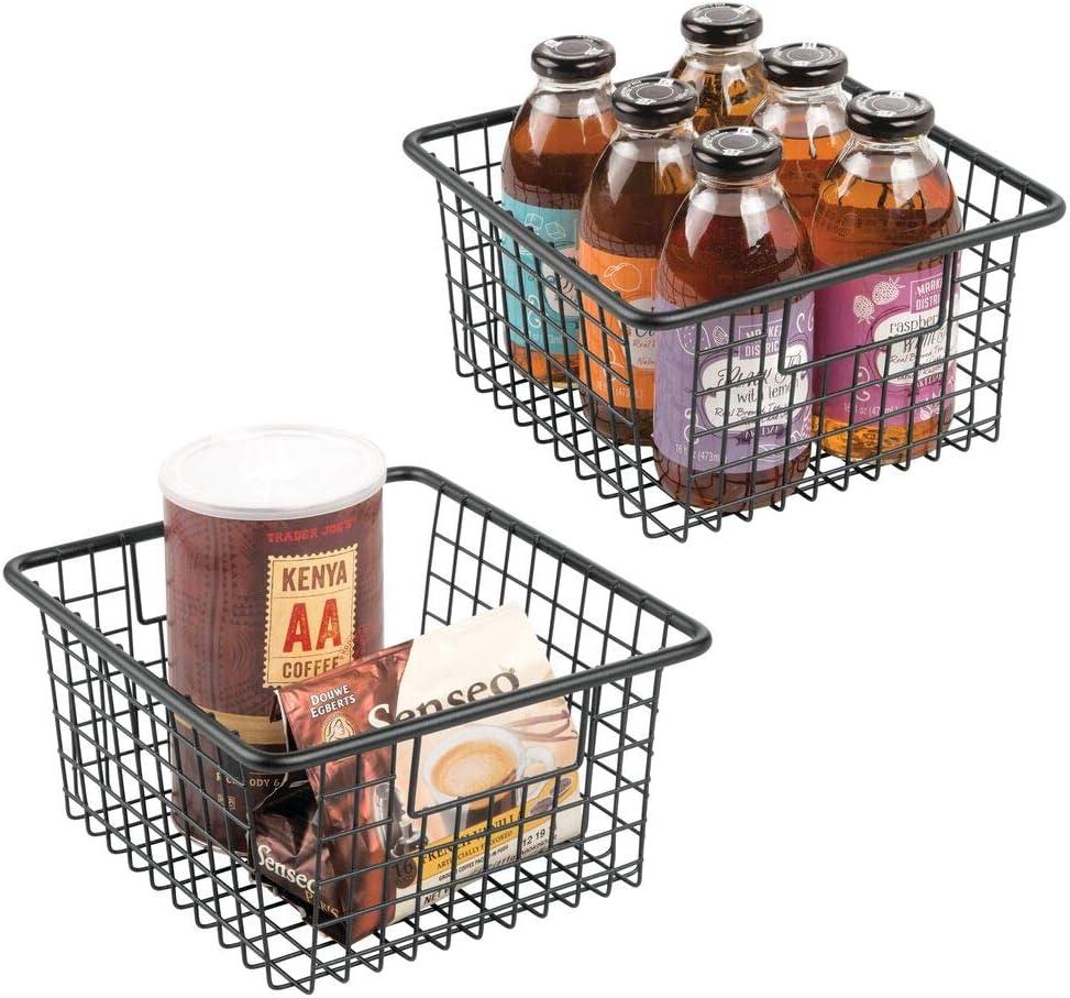 mDesign Cesta organizadora con asas – Práctico cesto de cocina de metal resistente a la corrosión – Moderno organizador de cocina y despensa hecho de alambre – Juego de 2 – negro