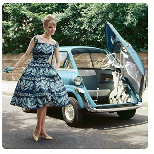 1art1 Oldtimer - Girl and A Blue Car Acrylglas-Bild 29 x 29 cm