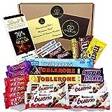 Lote envuelto para Regalo para Amantes del mejor Chocolate, con 24 Chocolates Kinder, Toblerone, Lindt, Kit Kat, Snikers, Mars, M&M, Lacasitos. Twin Peacks y Huesitos. Incluye Tarjeta Personalizada