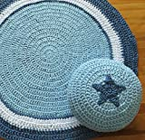 Conjunto de puf y alfombra circular, en color blanco y azul