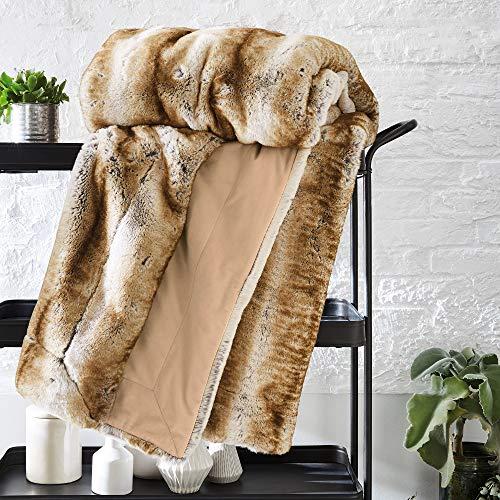 Bugatti Kunstfell Decke 150x200 cm – Kuscheldecke aus hochwertigen Fellimitat braun beige, Tagesdecke mit toller Felloptik, extra weiche und angenehm wärmende Felldecke