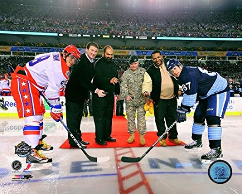 2011 NHL Winter Classic Ceremonial Face Off with sports legends Mario Lemieux former NFL player Franco Harris U.S. Army Sergeant First Class Bradley T. Tinstman and former NFL player Jerome Bettis Photo Print (27,94 x 35,56 cm)