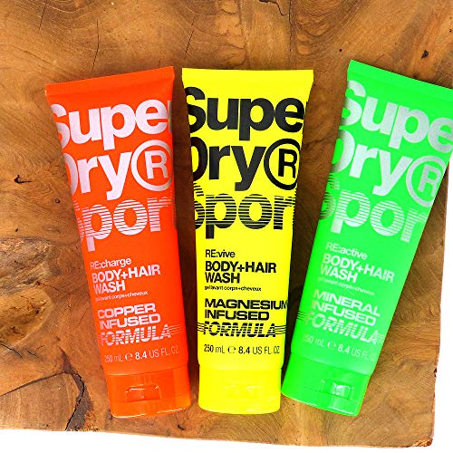 (100ml/3,99) 4tlg. Set von SuperDry Sport 1x250ml RE:charge / 1x250ml RE:vive / 1x250ml RE:active Duschgel & Shampoo + Dustbag in Grau von STUDIO.MUNET