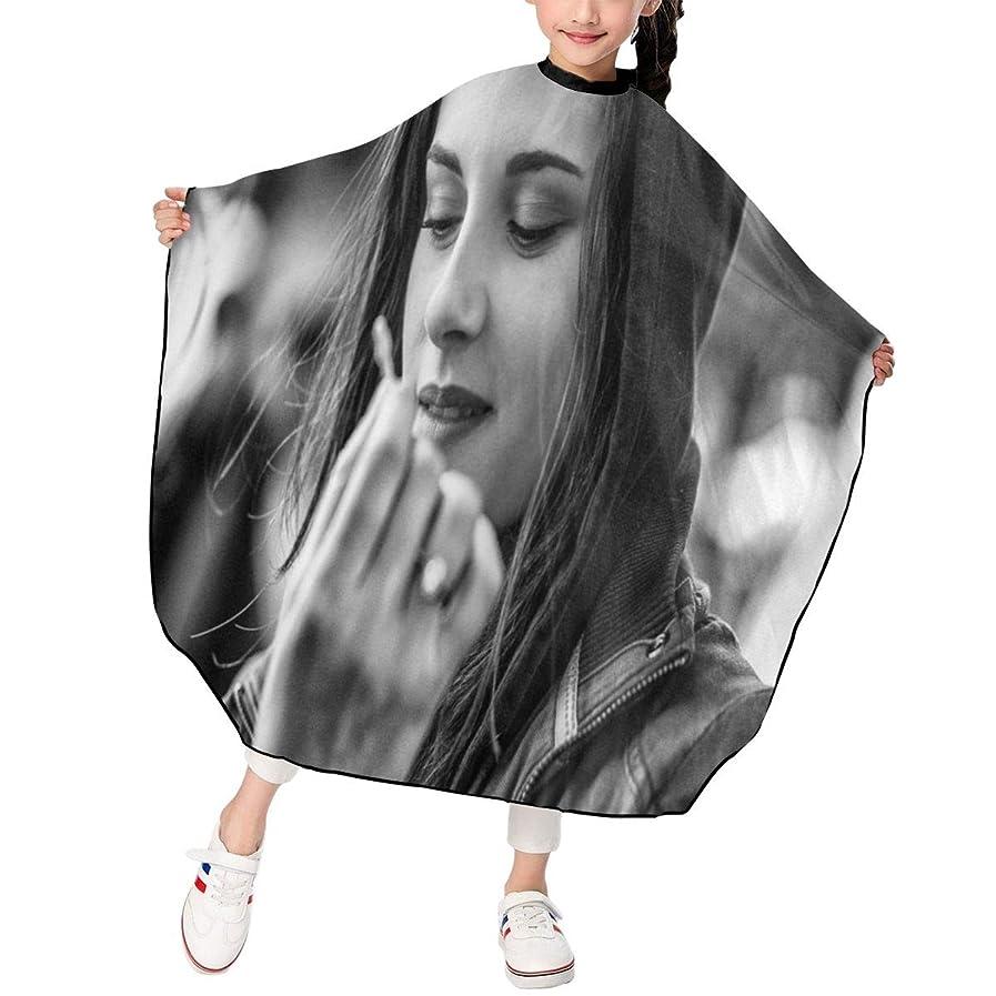 記述するキルト分類する最新の人気ヘアカットエプロン 子供用ヘアカットエプロン120×100cm 俳優Kristen Stewart 柔らかく、軽量で、繊細なポリエステル生地、肌にやさしい、ドライ