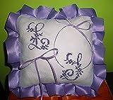 Crociedelizie, Cuscino fedi portafedi ricamato a puntocroce con iniziali nomi sposi forma cuore, rettangolare o quadrata con volant in raso