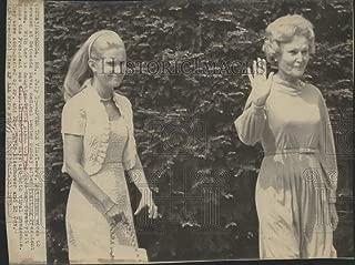 Historic Images - 1973 Press Photo Mrs. Pat Nixon with Tricia Nixon Cox at Bethesda Medical Center