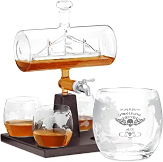 Murrano Whisky Karaffe mit Gravur - Schiff mit Edelstahl-Wasserhahn, 1000 ml - 4er Whiskygläser Set - Whisky Dekanter - Living Legend