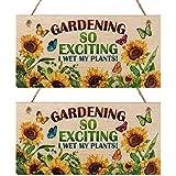 2 Pezzi Cartello in Legno da Giardinaggio Gardening So Exciting I Wet My Plants Targa da Giardino Novità Innaffiare Piante Divertente Regalo