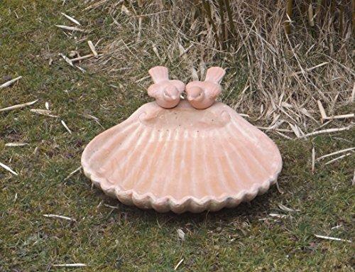 Vogeltränke aus Terrakotta in Muschelform mit 2 Vögeln