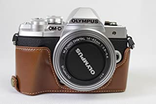 Olympus オリンパス OM-D E-M10 Mark III OM D E M10 Mark III 半カメラカバー 半カメラケース、Koowl手作りのトップクラスのPUレザーカメラボディージャケット、保護袋、台座の透かし彫り+ハンドストラップ(カメラストラップ)、防水、防振、ポータブル (ブラウン)