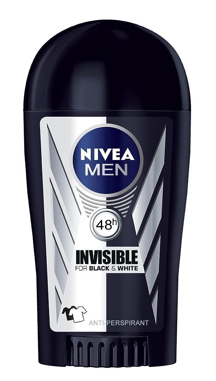 神聖公然と輪郭Nivea Invisible Black and White Anti-perspirant Deodorant Solid Stick for Men 40ml - ニベアインビジブルブラックそしてホワイト制汗剤デオドラントスティック男性用40ml