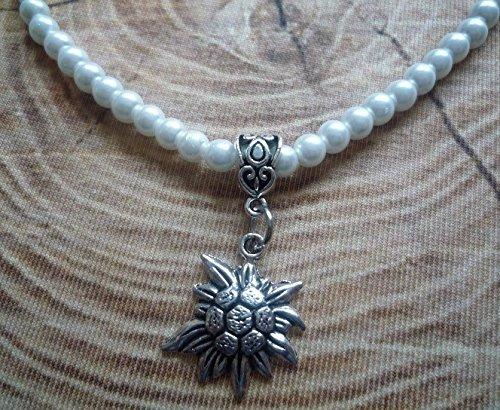 weiße Perlenkette mit kleinem Edelweiss-Anhänger in antik-silberfarben