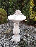Elegante bagno per uccelli su colonna in stile romano con conchiglie in pietra fuso, decorazione da giardino, ornamento