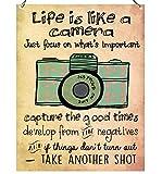 """Wandschild aus Metall mit inspirierender Aufschrift """"Life is like a"""