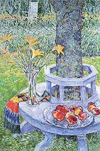 Gartenbank umgibt einen Baum, auf dem sich eine Vase mit Blumen und Schalen von Pfirsichen befindet, Posterdruck von Frederick Childe Hassam (61 x 91 cm)